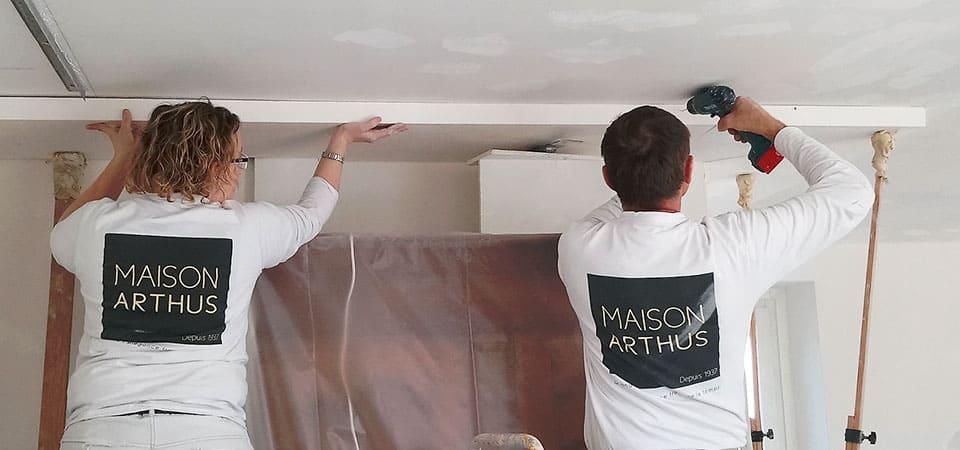 Pose de staff en corniches contemporaines pour insertion d'éclairages LED
